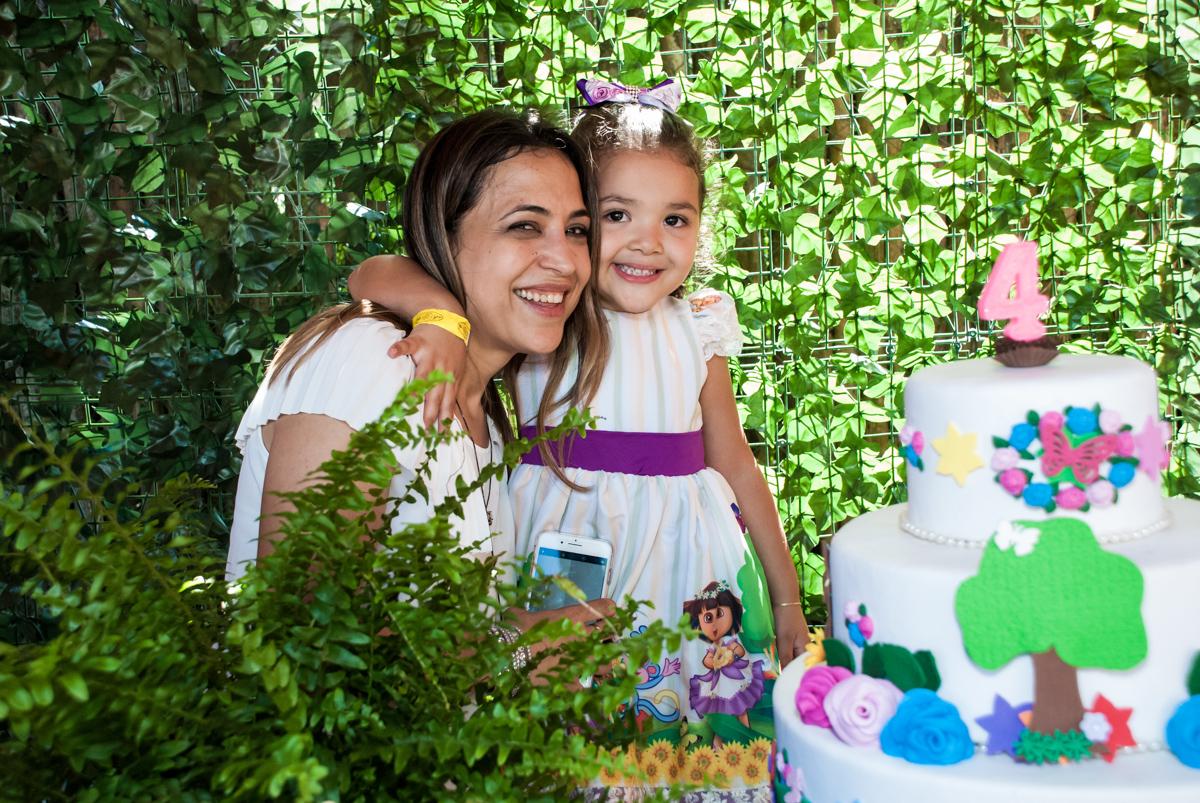abraço da mãe no Buffet Pet Zoo, Cotia, São Paulo, aniversário de Maria Clara 4 anos, Buffet Pet Zoo, Cotia, São Paulo, tema da festa Dora a Aventureira