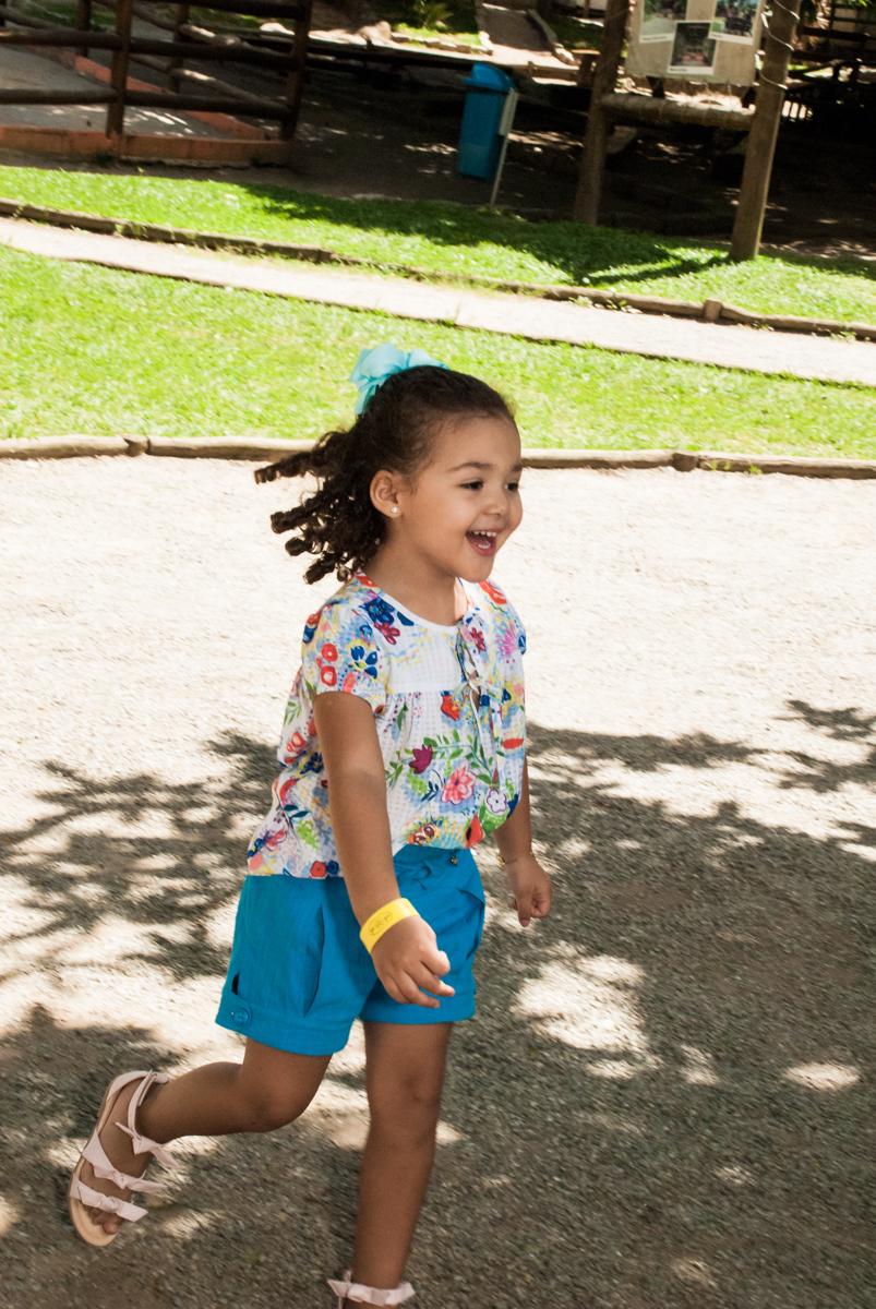 liberdade para brincar no Buffet Pet Zoo, Cotia, São Paulo, aniversário de Maria Clara 4 anos, Buffet Pet Zoo, Cotia, São Paulo, tema da festa Dora a Aventureira