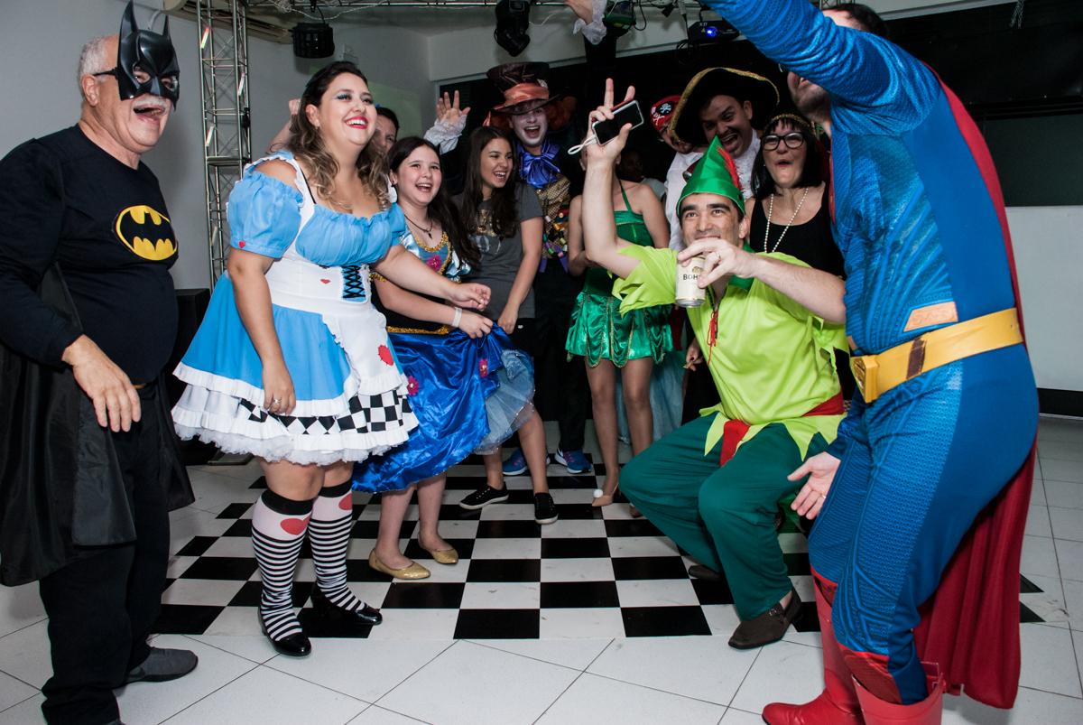 todos curtem a balada no Salão de festas, Imirim São Paulo, aniversário de Patricia 40 anos, tema da festa Princesas