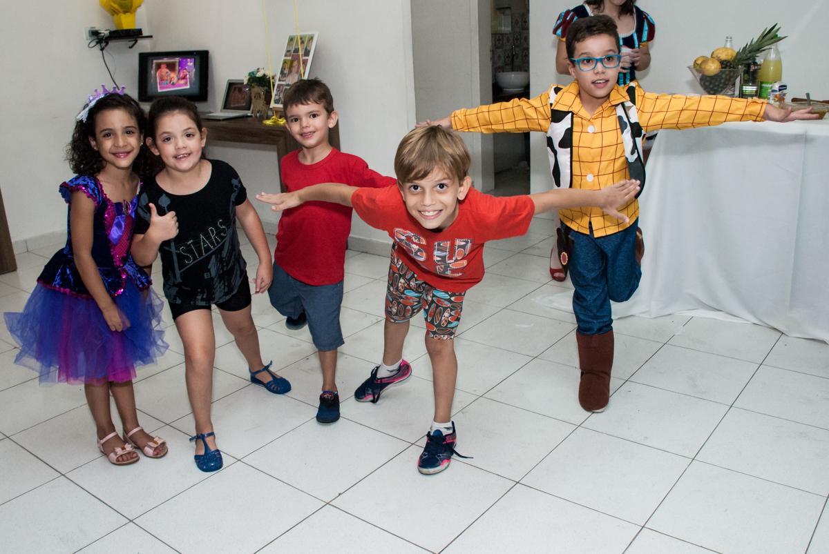 A criançada curtem a festa no Salão de festas, Imirim São Paulo, aniversário de Patricia 40 anos, tema da festa Princesas