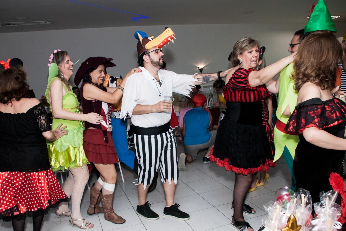 fazendo trenzinho no Salão de festas, Imirim São Paulo, aniversário de Patricia 40 anos, tema da festa Princesas