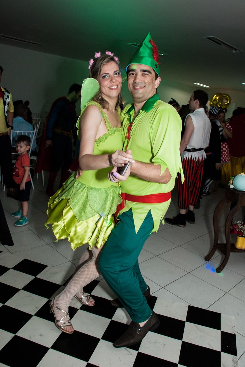 O casal dança na festa no Salão de festas, Imirim São Paulo, aniversário de Patricia 40 anos, tema da festa Princesas
