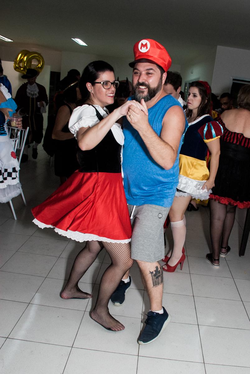 todos se divertem dançando no Salão de festas, Imirim São Paulo, aniversário de Patricia 40 anos, tema da festa Princesas