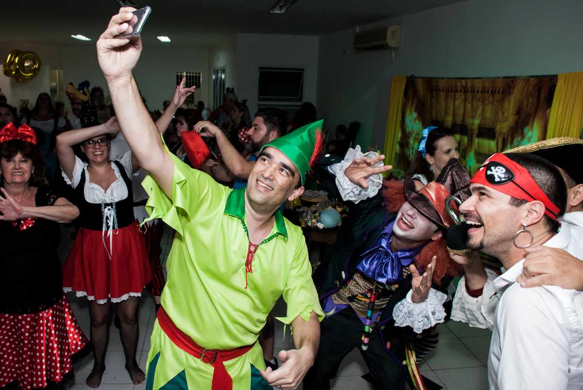 fazendo self na festa no Salão de festas, Imirim São Paulo, aniversário de Patricia 40 anos, tema da festa Princesas