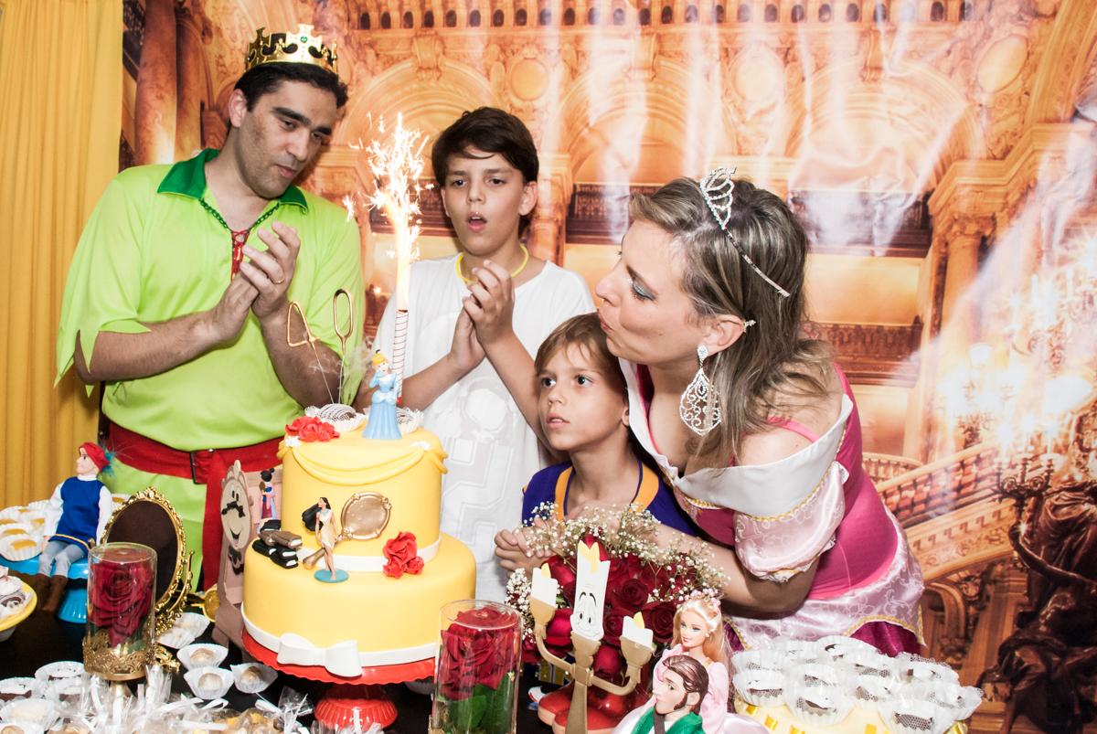 soprando a vela do bolo no Salão de festas, Imirim São Paulo, aniversário de Patricia 40 anos, tema da festa Princesas