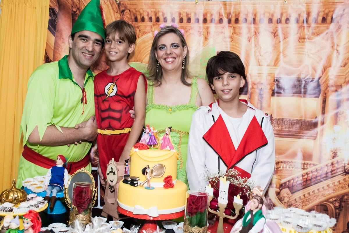 A família faz pose para a foto no Salão de festas, Imirim São Paulo, aniversário de Patricia 40 anos, tema da festa Princesas