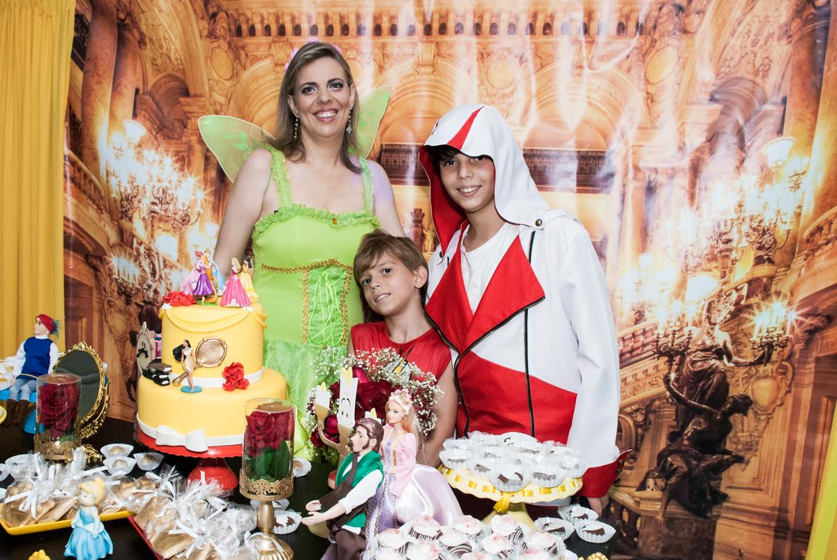 foto mãe e filhos no Salão de festas, Imirim São Paulo, aniversário de Patricia 40 anos, tema da festa Princesas