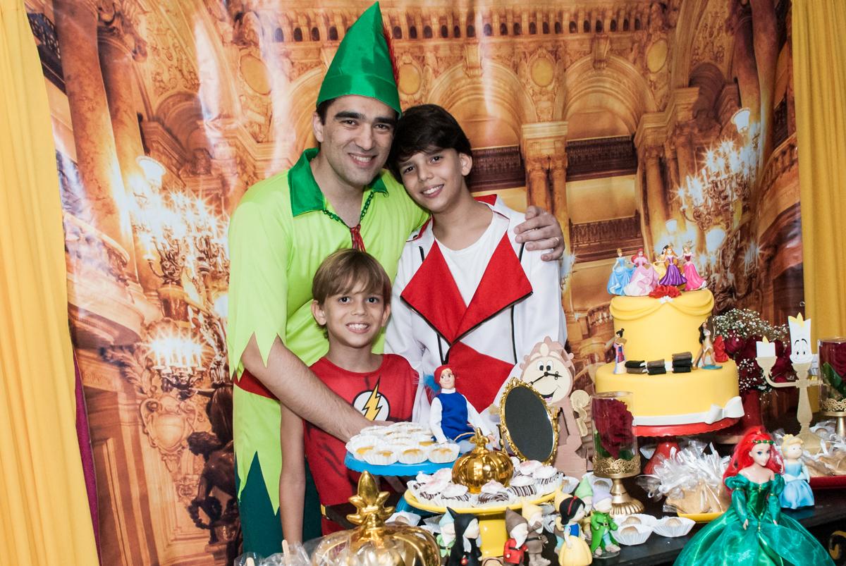 foto pai e filhos no Salão de festas, Imirim São Paulo, aniversário de Patricia 40 anos, tema da festa Princesas