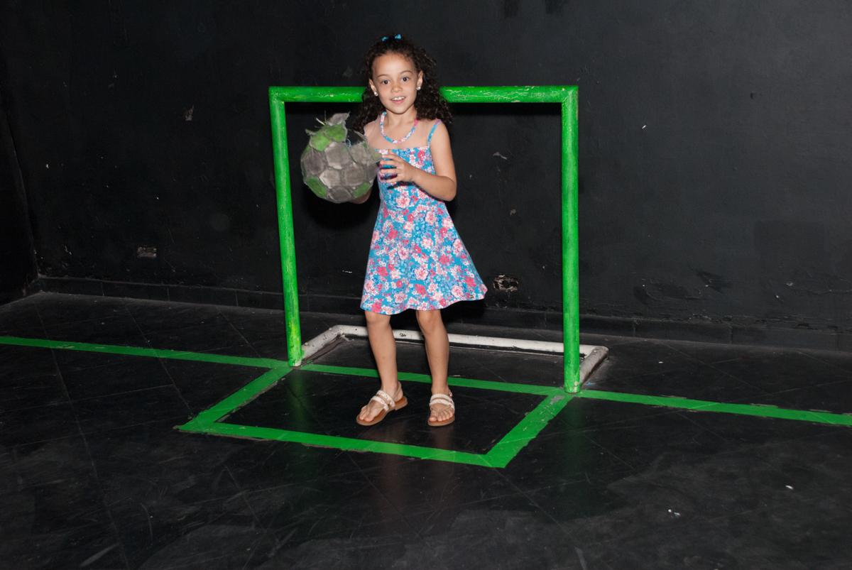 jogo de futebol no escuro no Buffet Fábrica da Alegria, Morumbi, São Paulo, aniversario de Pedro Henrique 7 anos, tema da festa mini craft