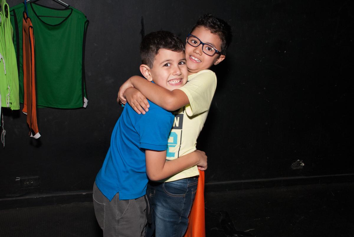 abraço do amigo no Buffet Fábrica da Alegria, Morumbi, São Paulo, aniversario de Pedro Henrique 7 anos, tema da festa mini craft