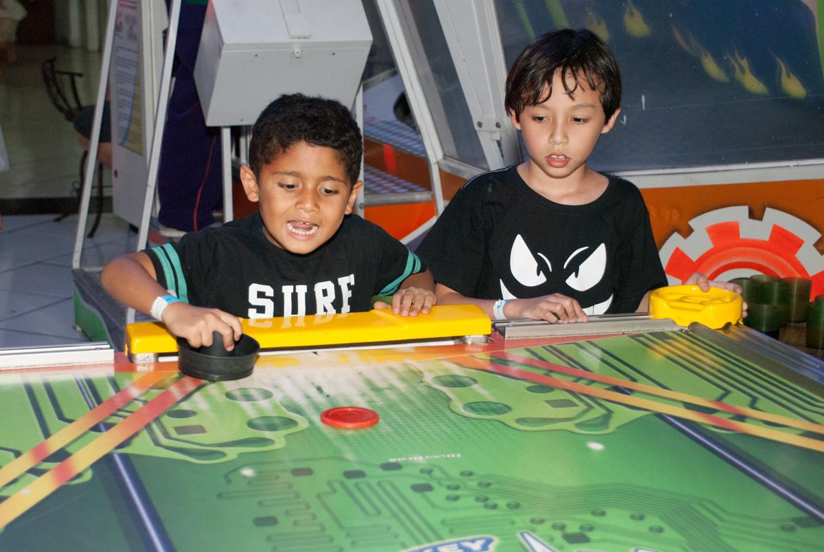 jogo de futebol de mesa animado no Buffet Fábrica da Alegria, Morumbi, São Paulo, aniversario de Pedro Henrique 7 anos, tema da festa mini craft