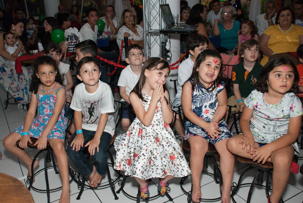 hora de assistir a retrospectiva no Buffet Fábrica da Alegria, Morumbi, São Paulo, aniversario de Pedro Henrique 7 anos, tema da festa mini craft