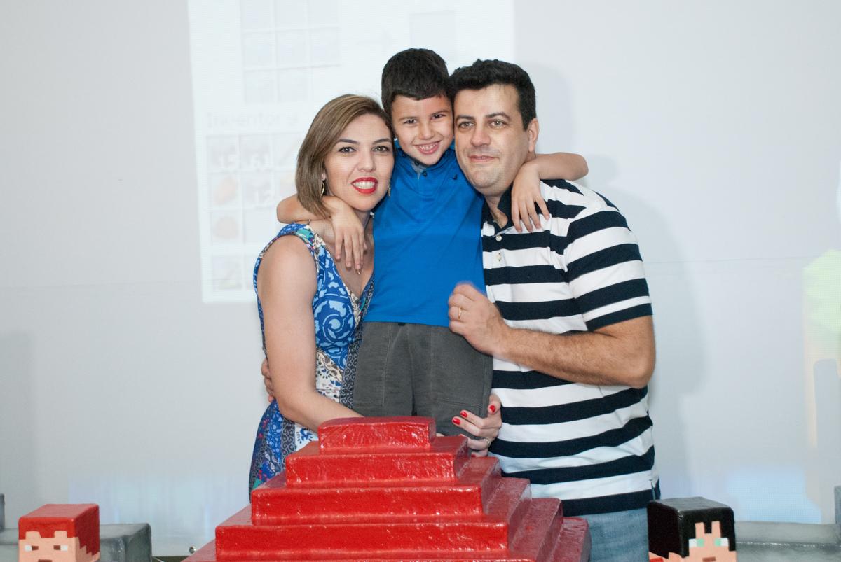 aniversariante com os pais no Buffet Fábrica da Alegria, Morumbi, São Paulo, aniversario de Pedro Henrique 7 anos, tema da festa mini craft