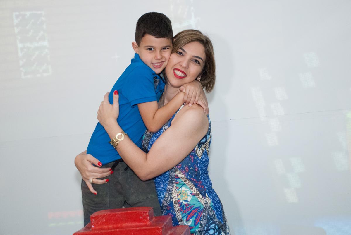 foto mãe e filho no Buffet Fábrica da Alegria, Morumbi, São Paulo, aniversario de Pedro Henrique 7 anos, tema da festa mini craft