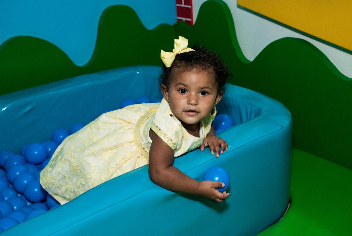 brincando na área baby no papai chega com a aniversariante para a festa no Buffet Comics, Morumbi, São Paulo, aniversário Isabella 3 anos, tema da festa a Bela  e a Fera