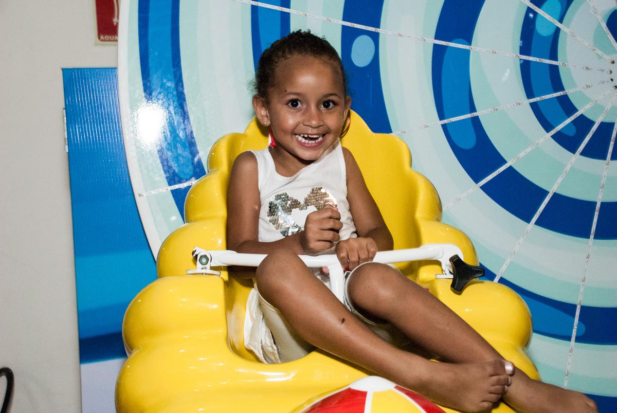mais uma criança brincando no carrossel no papai chega com a aniversariante para a festa no Buffet Comics, Morumbi, São Paulo, aniversário Isabella 3 anos, tema da festa a Bela  e a Fera