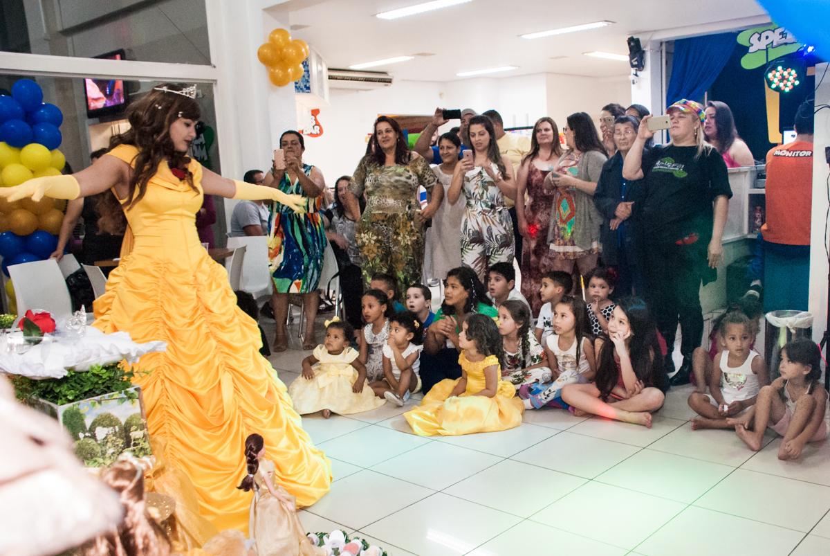 show divertido no papai chega com a aniversariante para a festa no Buffet Comics, Morumbi, São Paulo, aniversário Isabella 3 anos, tema da festa a Bela  e a Fera
