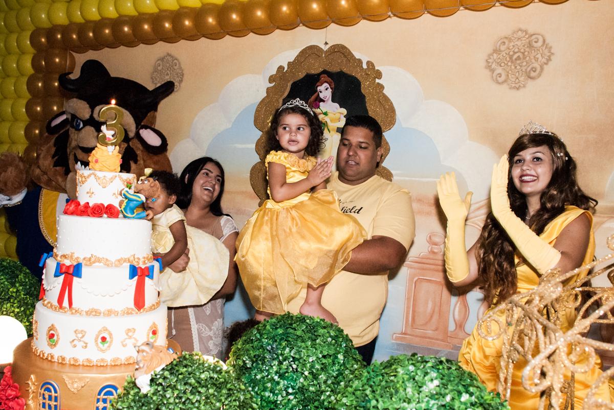 final da festa no papai chega com a aniversariante para a festa no Buffet Comics, Morumbi, São Paulo, aniversário Isabella 3 anos, tema da festa a Bela  e a Fera