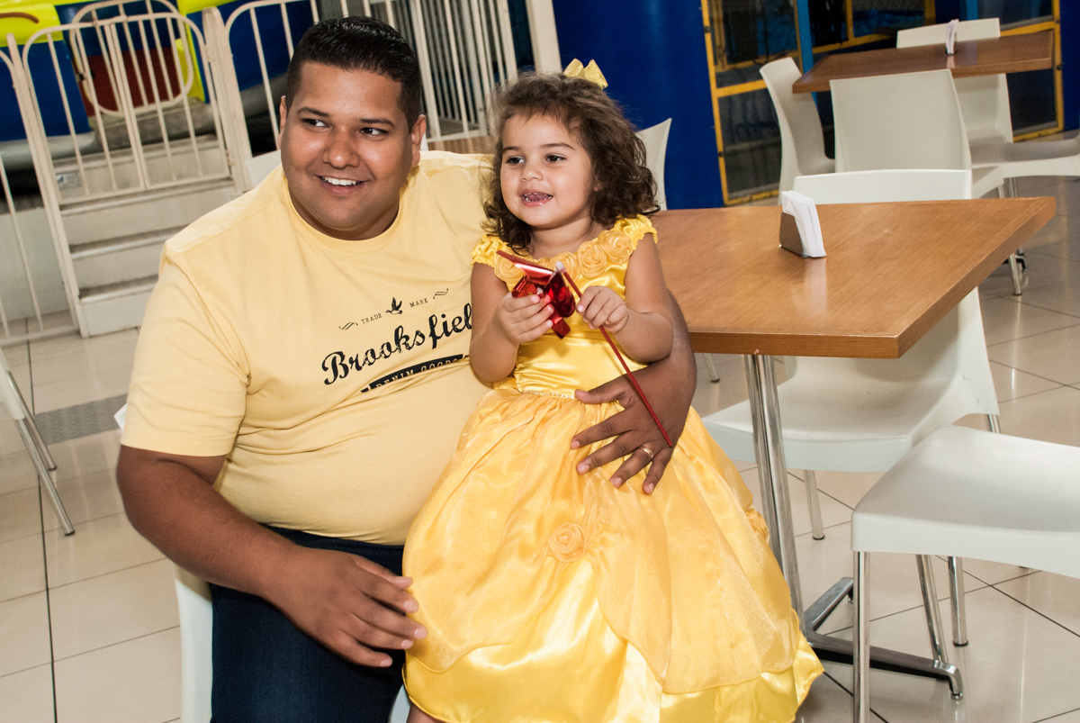 papai chega com a aniversariante para a festa no Buffet Comics, Morumbi, São Paulo, aniversário Isabella 3 anos, tema da festa a Bela  e a Fera