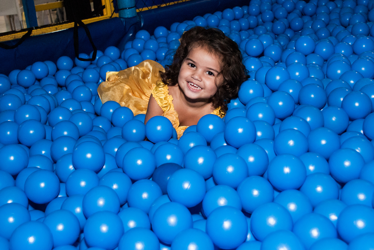 brincadeiras na piscina de bolinhas no papai chega com a aniversariante para a festa no Buffet Comics, Morumbi, São Paulo, aniversário Isabella 3 anos, tema da festa a Bela  e a Fera