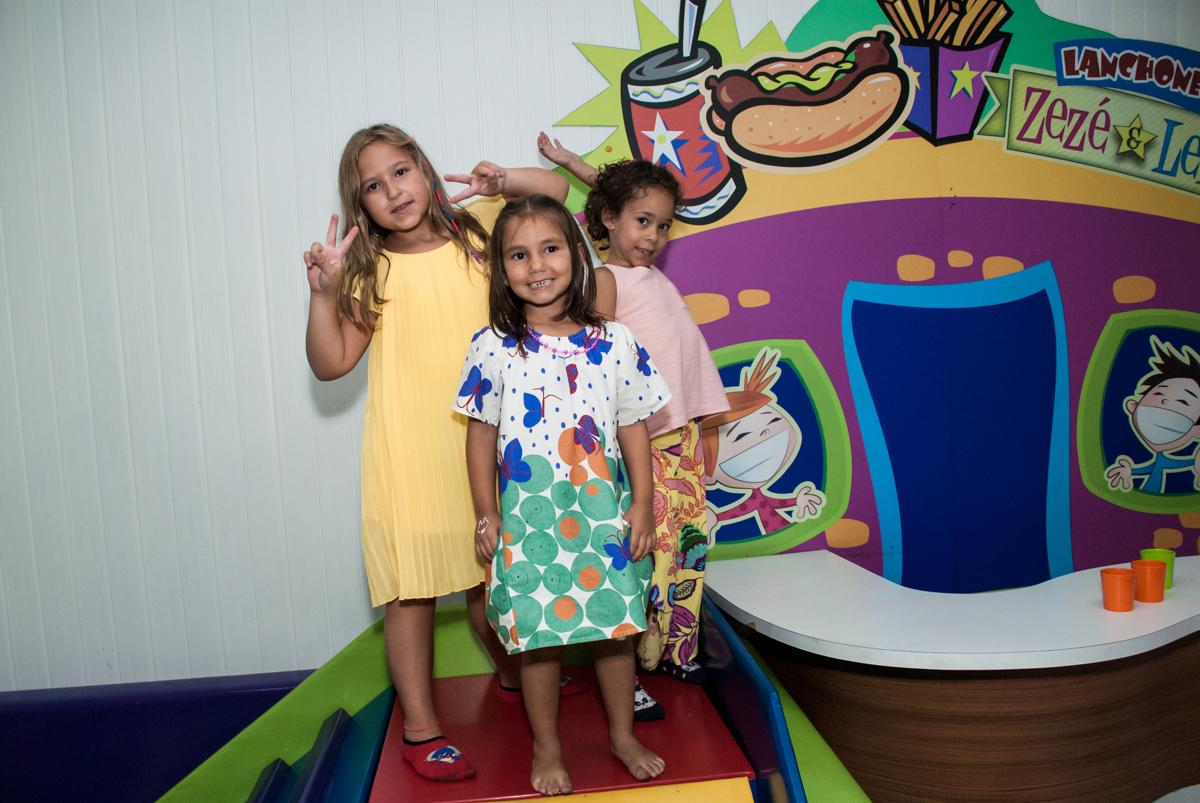 brincando na área baby no Buffet Zezé e Lelé, Butantã, São Paulo, aniversário, Pedro 7 e Giovana 5 anos tema da festa Pokemon e Princesas