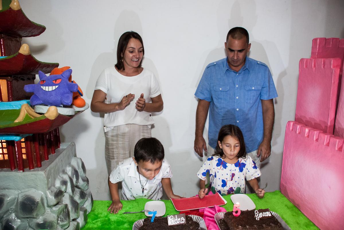 soprando a vela do bolo no Buffet Zezé e Lelé, Butantã, São Paulo, aniversário, Pedro 7 e Giovana 5 anos tema da festa Pokemon e Princesas