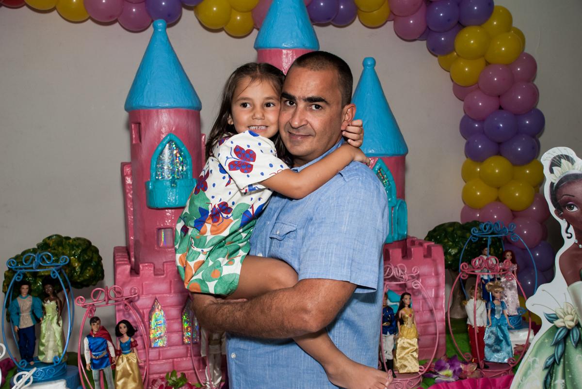 foto pai e filha no Buffet Zezé e Lelé, Butantã, São Paulo, aniversário, Pedro 7 e Giovana 5 anos tema da festa Pokemon e Princesas