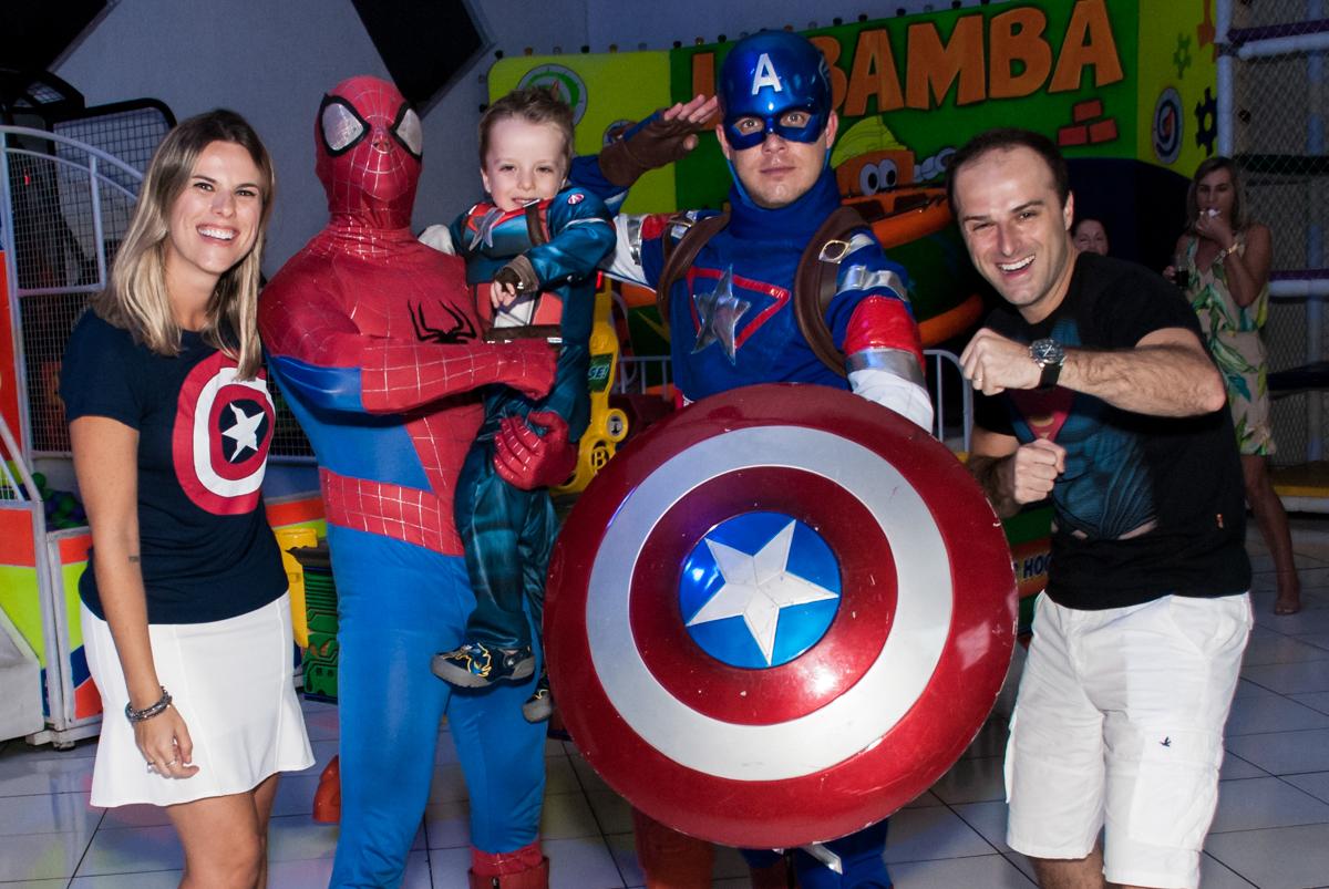recebendo os super heróis em sua festa no Buffet Fábrica da Alegria, Morumbi, São Paulo, aniversário de Pedro 4 anos, tema da festa os vingadores