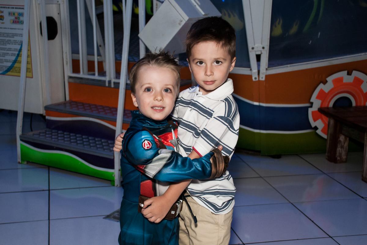 recebendo o amigo para sua festa no Buffet Fábrica da Alegria, Morumbi, São Paulo, aniversário de Pedro 4 anos, tema da festa os vingadores