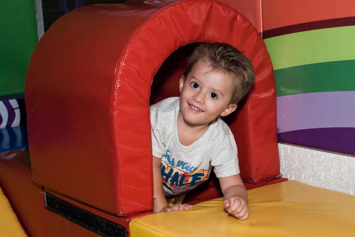 saindo do túnel da área baby no Buffet Fábrica da Alegria, Morumbi, São Paulo, aniversário de Pedro 4 anos, tema da festa os vingadores
