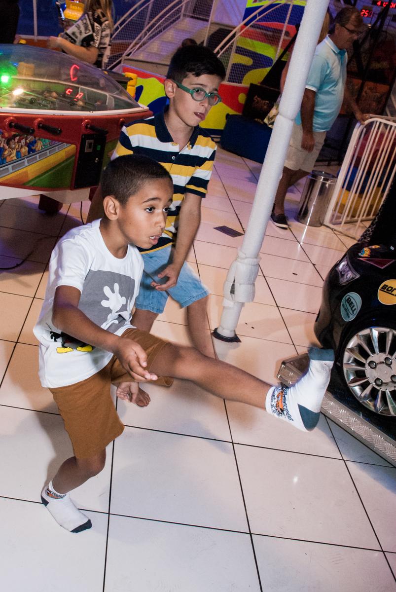 diversão no x box no Buffet Fábrica da Alegria, Morumbi, São Paulo, aniversário de Pedro 4 anos, tema da festa os vingadores