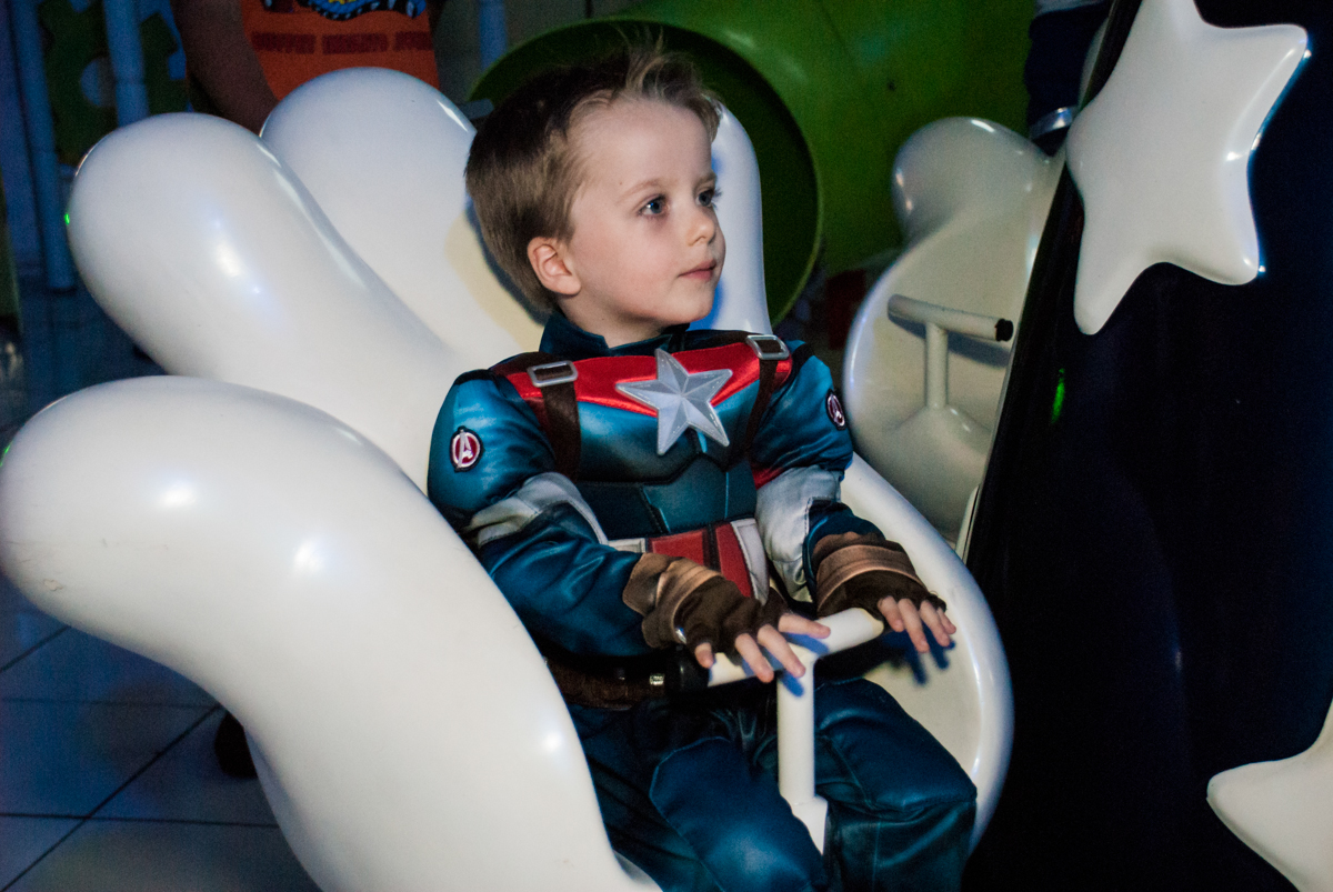 curtindo o carrossel no Buffet Fábrica da Alegria, Morumbi, São Paulo, aniversário de Pedro 4 anos, tema da festa os vingadores