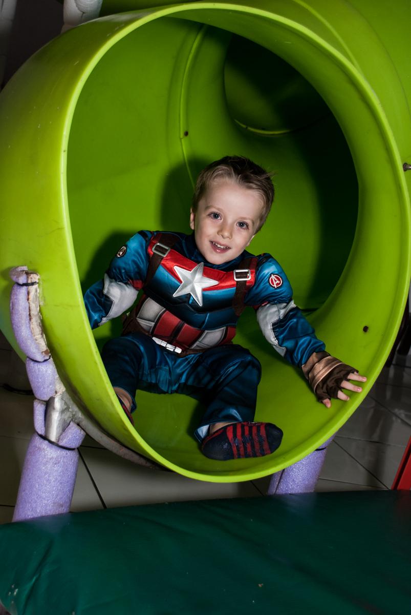 escorregador do brinquedão no Buffet Fábrica da Alegria, Morumbi, São Paulo, aniversário de Pedro 4 anos, tema da festa os vingadores