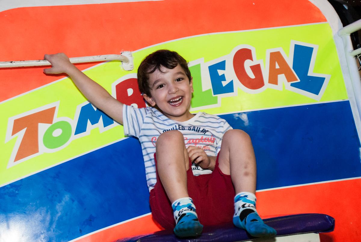 sorriso para a queda do tombo legal no Buffet Fábrica da Alegria, Morumbi, São Paulo, aniversário de Pedro 4 anos, tema da festa os vingadores