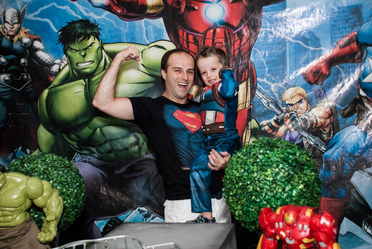 pose de herói do aniversariante e seu pai no Buffet Fábrica da Alegria, Morumbi, São Paulo, aniversário de Pedro 4 anos, tema da festa os vingadores