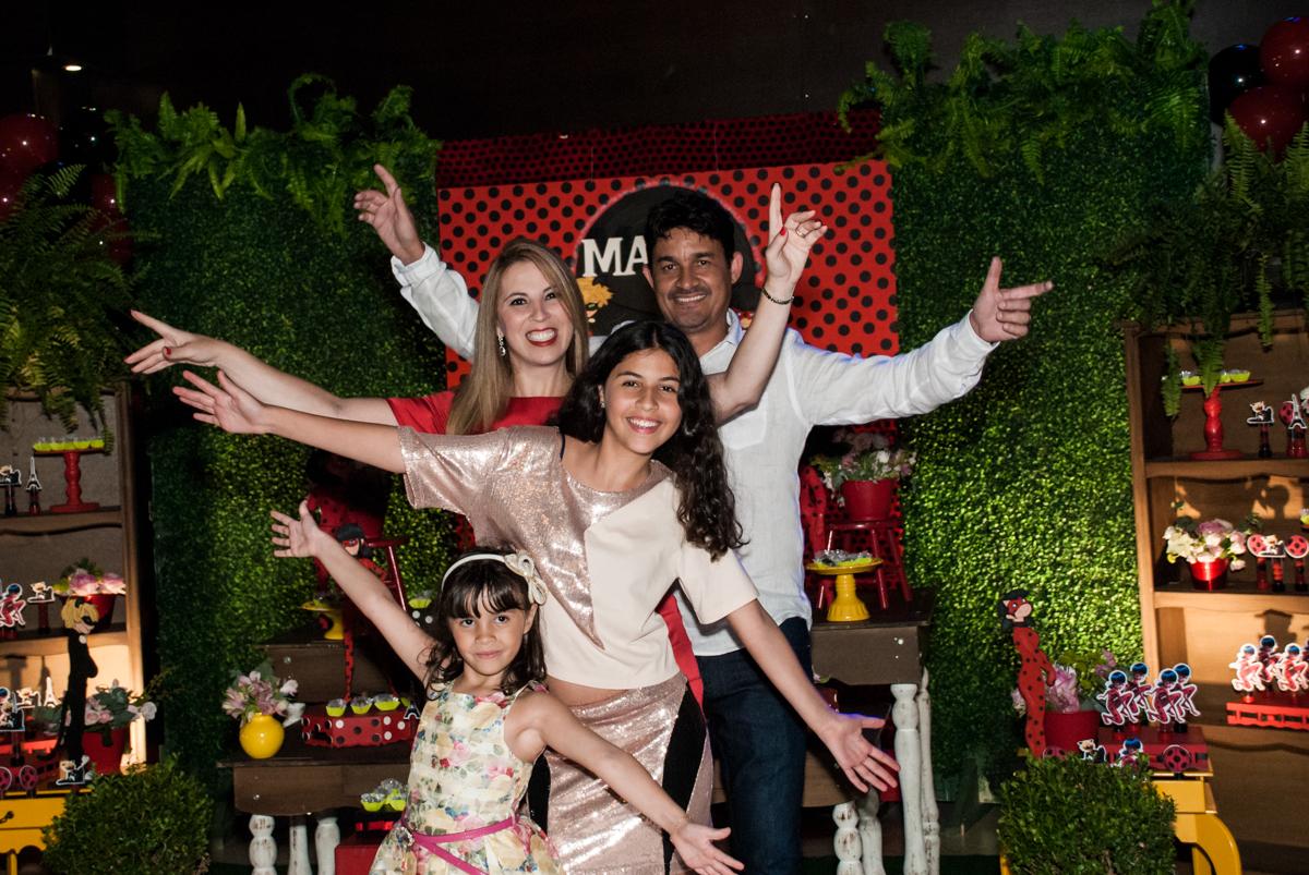 família feliz na festa no Buffet Planeta Prime, São Paulo, aniversário de Malu 5 anos, tema da festa Miráculos