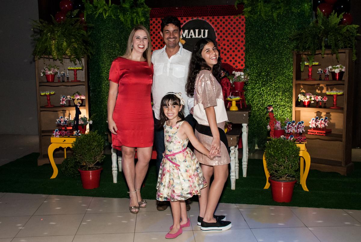 família posa para a festa no Buffet Planeta Prime, São Paulo, aniversário de Malu 5 anos, tema da festa Miráculos