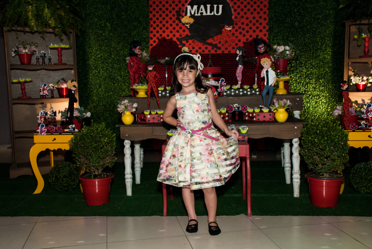 posando para a foto no Buffet Planeta Prime, São Paulo, aniversário de Malu 5 anos, tema da festa Miráculos