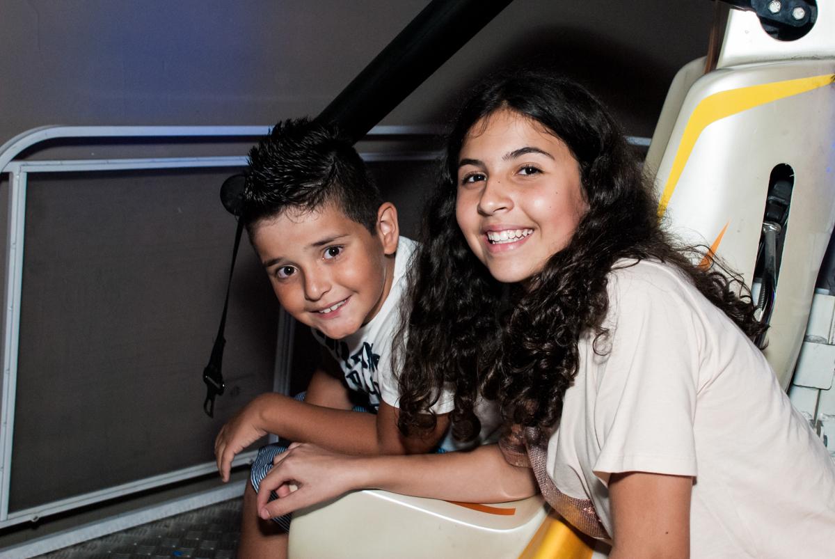 amigos brincam no elevador no Buffet Planeta Prime, São Paulo, aniversário de Malu 5 anos, tema da festa Miráculos