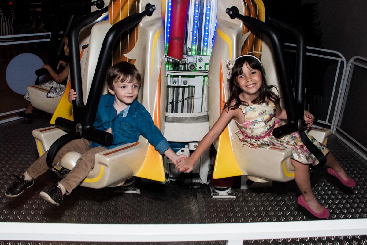 divertindo de mãos dadas no Buffet Planeta Prime, São Paulo, aniversário de Malu 5 anos, tema da festa Miráculos