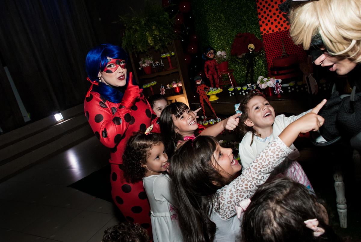 bagunça das crianças com os personagens no Buffet Planeta Prime, São Paulo, aniversário de Malu 5 anos, tema da festa Miráculos