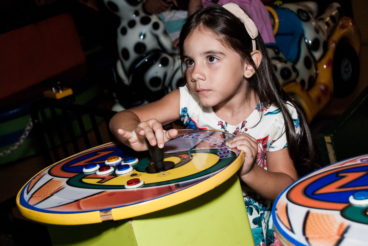 brincando no game no Buffet Planeta Prime, São Paulo, aniversário de Malu 5 anos, tema da festa Miráculos