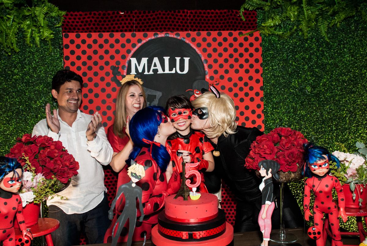 beijo dos personagens no Buffet Planeta Prime, São Paulo, aniversário de Malu 5 anos, tema da festa Miráculos