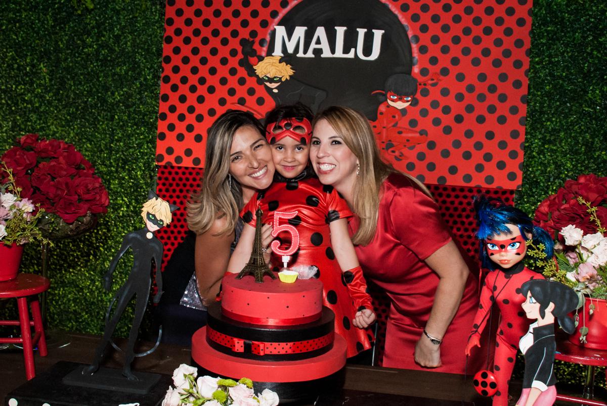 foto com a mãe e madrinha no Buffet Planeta Prime, São Paulo, aniversário de Malu 5 anos, tema da festa Miráculos