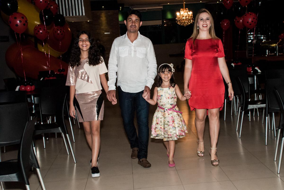 entrada da família no Buffet Planeta Prime, São Paulo, aniversário de Malu 5 anos, tema da festa Miráculos