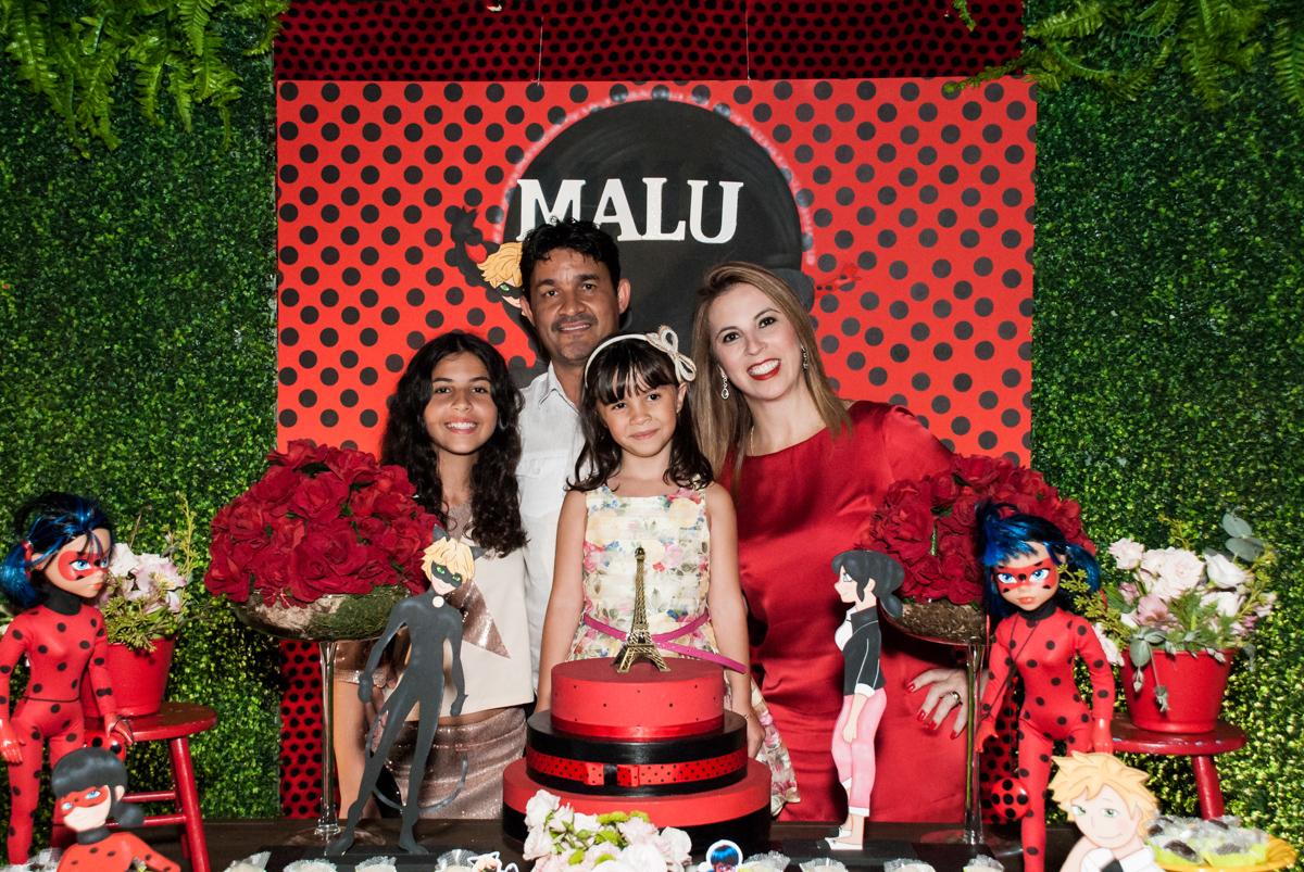 família na mesa temática no Buffet Planeta Prime, São Paulo, aniversário de Malu 5 anos, tema da festa Miráculos