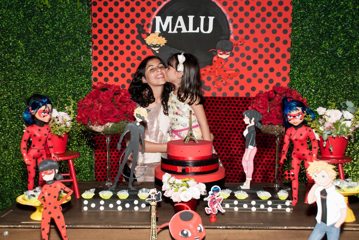 beijinho das irmãs no Buffet Planeta Prime, São Paulo, aniversário de Malu 5 anos, tema da festa Miráculos
