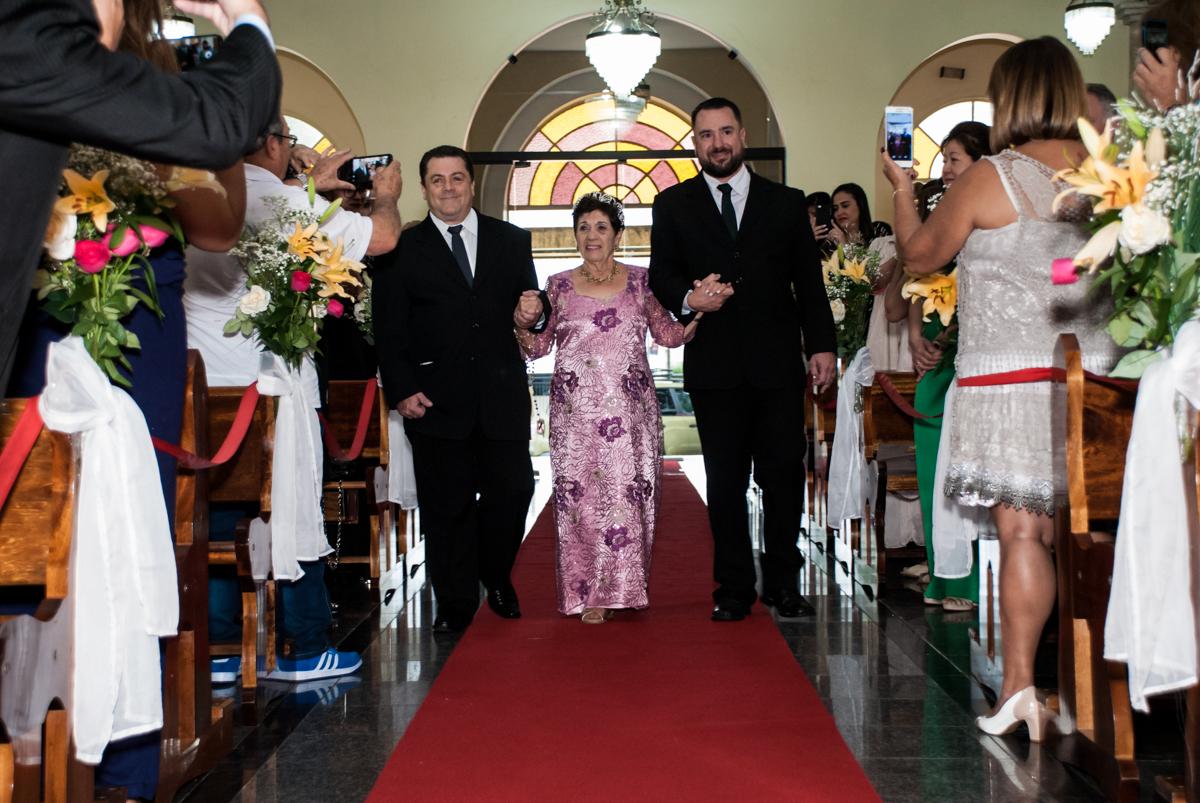 a noiva entra com os filhos para a Bodas de Ouro Maria Luiza e José Rodrigues, igreja Santa Ângela e São Serapio, Ipiranga