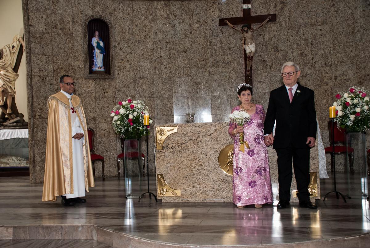 Os noivos saem da igreja na Bodas de Ouro Maria Luiza e José Rodrigues, igreja Santa Ângela e São Serapio, Ipiranga