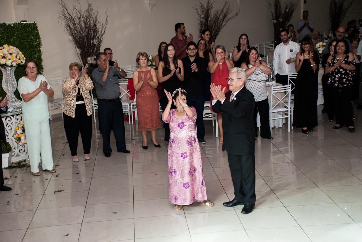 todos participam da dança na Bodas de Ouro Maria Luiza e José Rodrigues, igreja Santa Ângela e São Serapio, Ipiranga